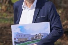 Ernst_mit_Gebäudeplan